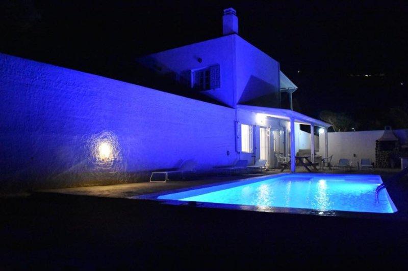 Santorini Grace Villa No2 UNIT FOR 4, holiday rental in Imerovigli