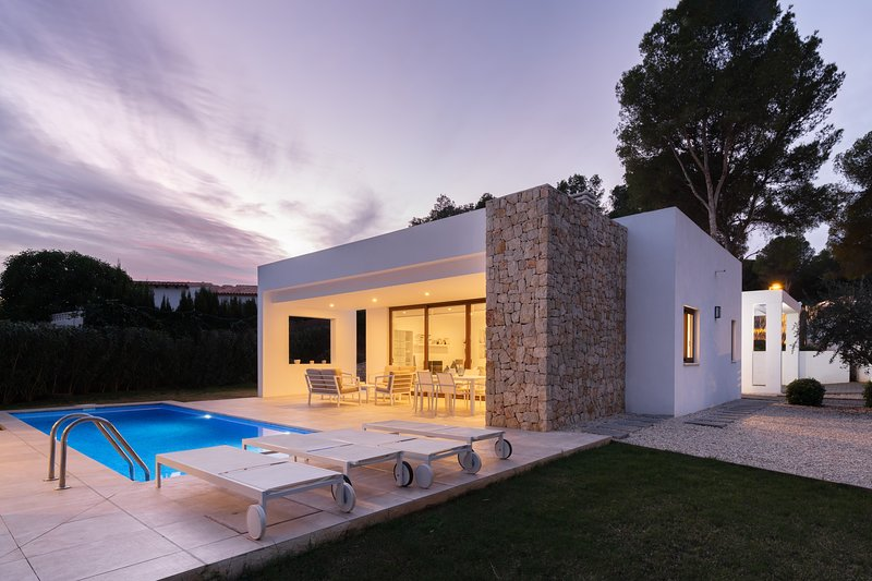 Modern design villa 5 minutes walk to the beach and to Moraira town, holiday rental in Moraira