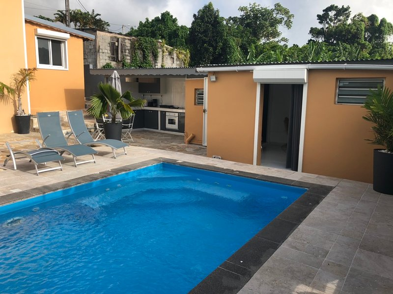 Apartment with swimming-pool, location de vacances à Gourbeyre