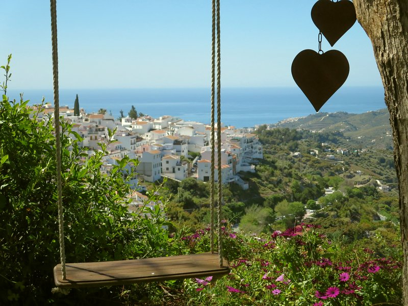 Quiet apartment in a villa with shady garden, wonderful views over the village, holiday rental in Frigiliana