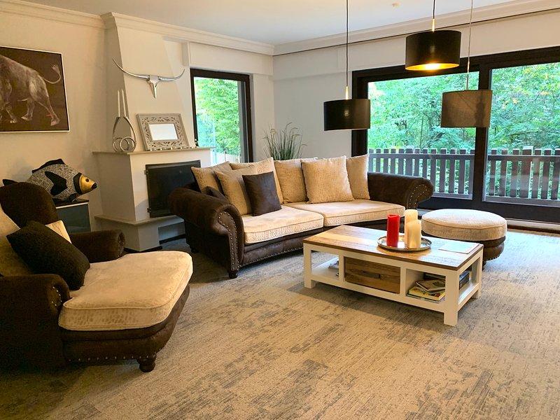 Schöne Ferienwohnung 145 m2 mit 3 Schlafzimmern Wz, KDB und Garten, holiday rental in Ratingen