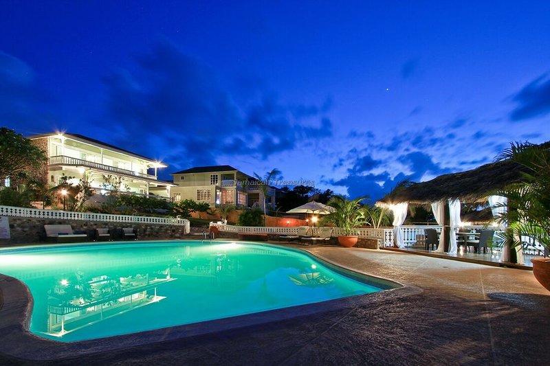 WATERFRONT Villas! SNORKEL! KAYAKS! CHEF! POOL! 4 to 16BR, vacation rental in Robin's Bay