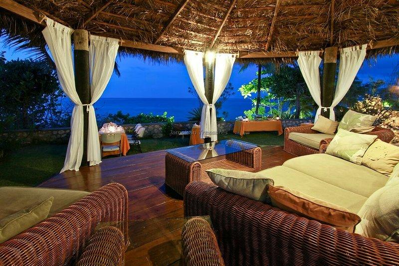 WATERFRONT Villas! SNORKEL! KAYAKS! 4 to 15BR, vacation rental in Robin's Bay