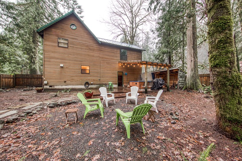 Dog-friendly cabin w/private hot tub, shared pool and sauna, holiday rental in Brightwood