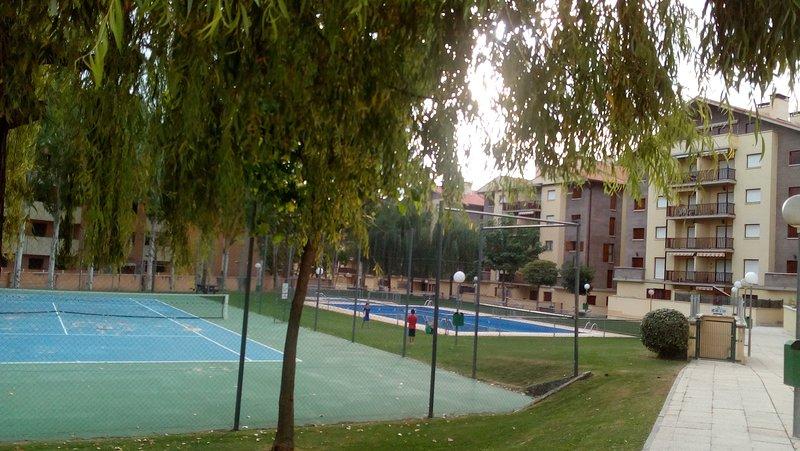 Apartamento en Jaca para 7 personas, 3 habitaciones, urbanización con piscina, holiday rental in Murillo de Gallego