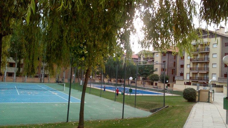 Apartamento en Jaca para 6 personas,3 habitaciones, urbanización con piscina, holiday rental in Murillo de Gallego