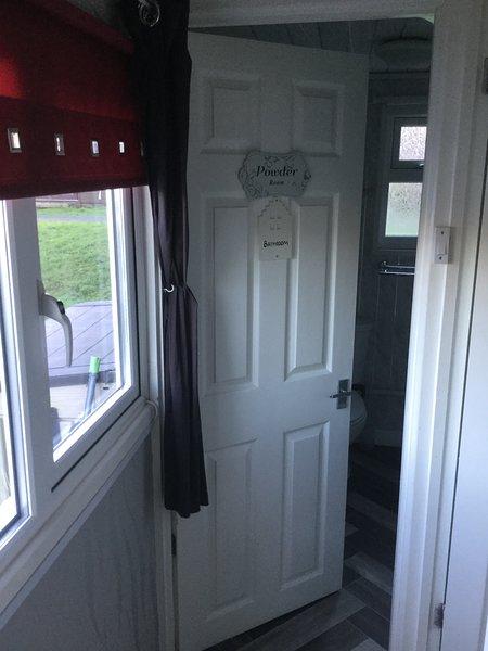 Chalet 93 - 2 Bedroom Chalet, location de vacances à Talybont