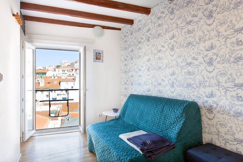 MOURARIA I, eco-penthouse with french balcony in old Lisbon, holiday rental in Lisbon
