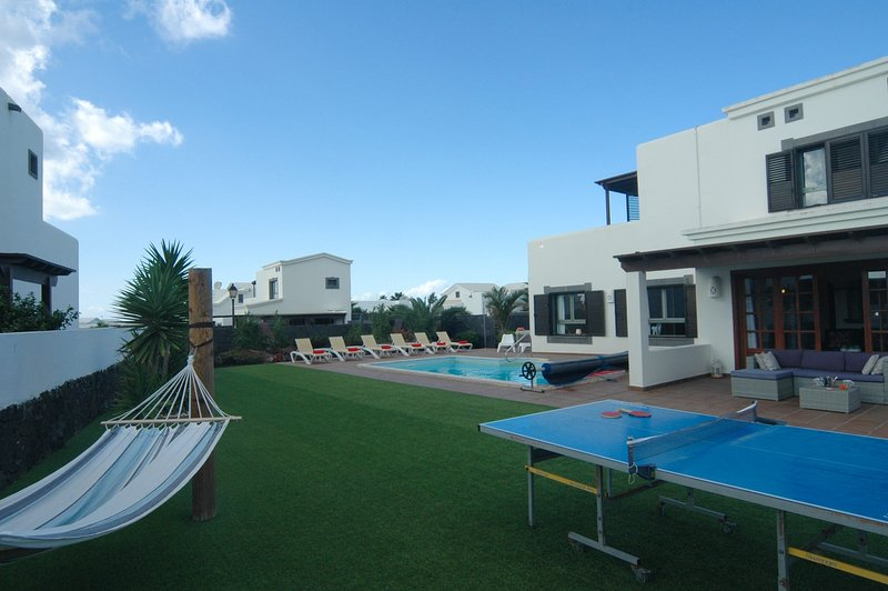Luxury detached Villa with stunning views, holiday rental in Lanzarote