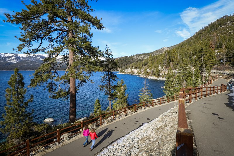 Luxurious, upscale condo w/ shared pool - walk to the lake, near the slopes!, vacation rental in New Washoe City