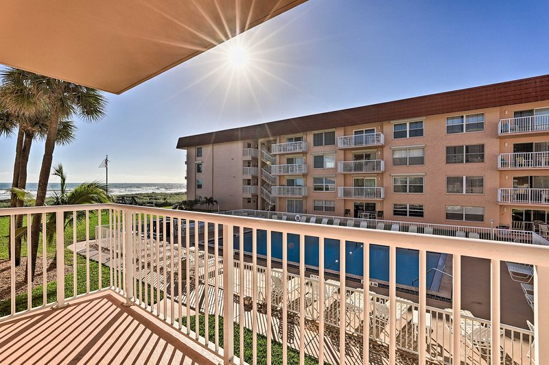 NEW! Inviting Cocoa Beach Condo w/ Ideal Location!, location de vacances à Cocoa Beach
