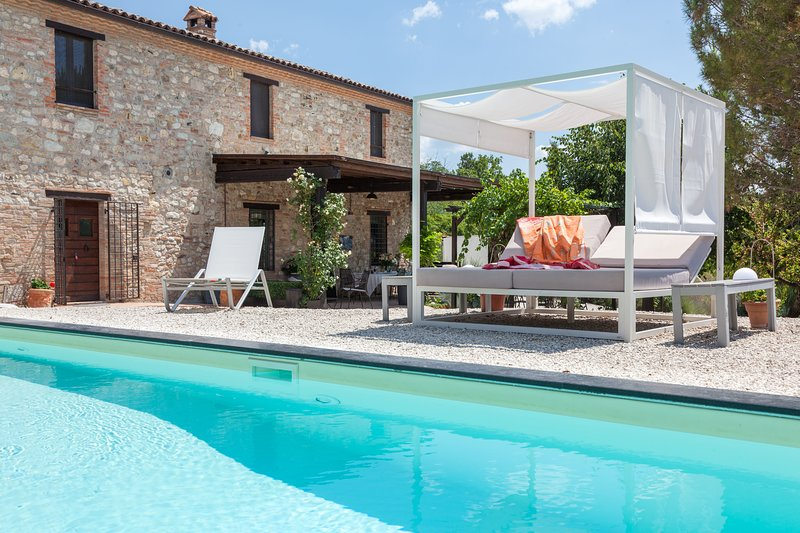 CASALE LAVANDA, A/C, private pool, stylish interiors, holiday rental in Montecastrilli