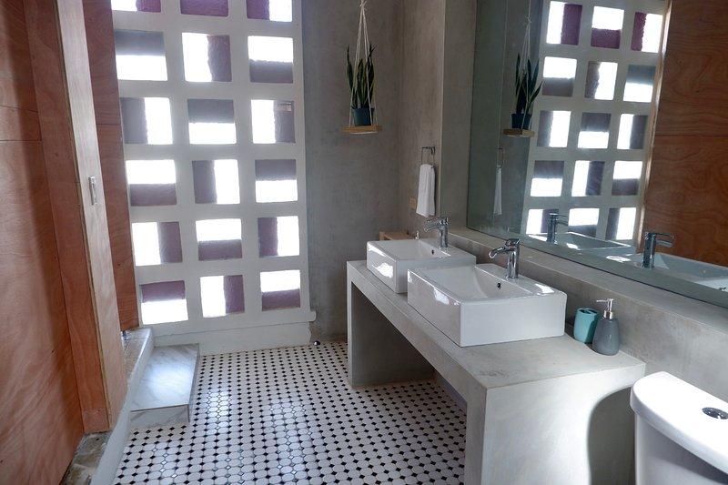5 bedroom house steps away from Ocean Park!, casa vacanza a Santurce