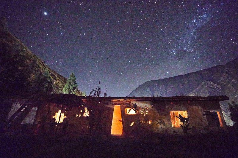 Tantakuy - off-the-grid earth home with mountain, farm & star views, vacation rental in Aguas Calientes