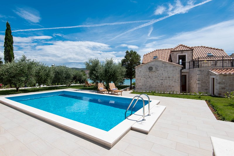 Charming Beachfront Villa with Pool in Lovište, vacation rental in Loviste