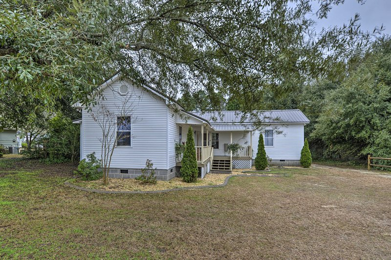 Sweet Southern Pines Abode w/ Yard & Covered Porch, casa vacanza a Southern Pines