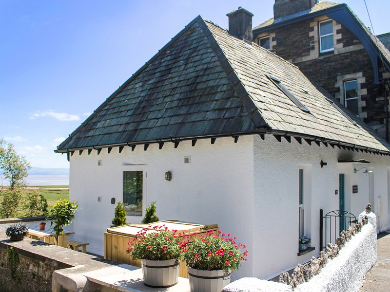 MOORHURST COTTAGE, semi-detached, gas stove, enclosed patio, in, holiday rental in Grange-over-Sands