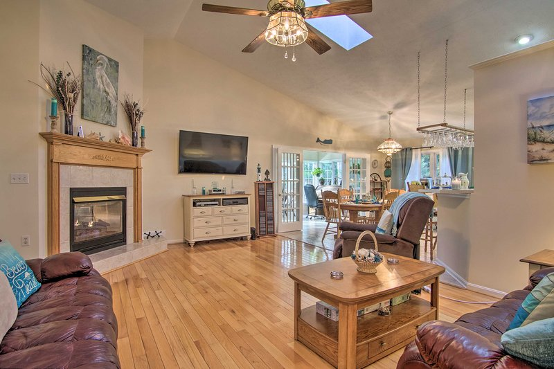 Ocean Pines House w/ Private Hot Tub 2 Mi to Golf!, holiday rental in Ocean Pines