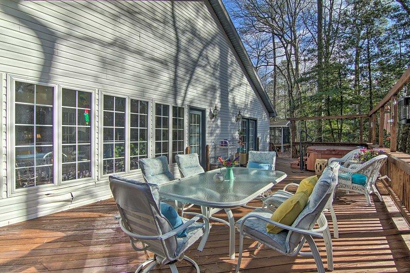 Seguro que te encantará el espacio al aire libre con una gran terraza y muebles de patio.