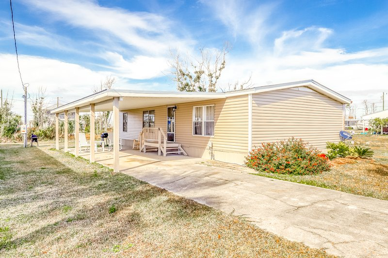 Gorgeous coastal private home, full kitchen, private yard, close to the beach!, vacation rental in Mexico Beach