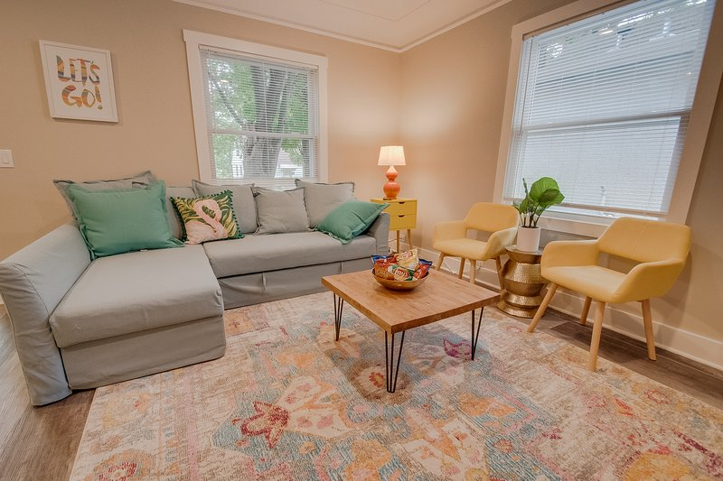 Stylish South Minneapolis Home Walking Distance from Lightrail!, aluguéis de temporada em Roseville