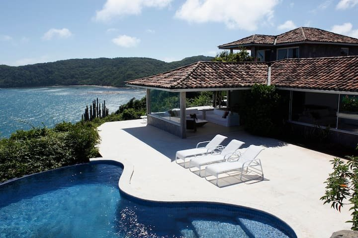 Linda Casa na Colina, Praia da Tartaruga - BUZ007, alquiler de vacaciones en Búzios