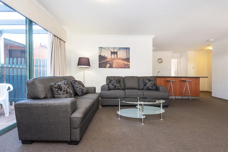 Subiaco Village with pool, BBQ & spa - free parking and wifi - two bedroom, holiday rental in Subiaco