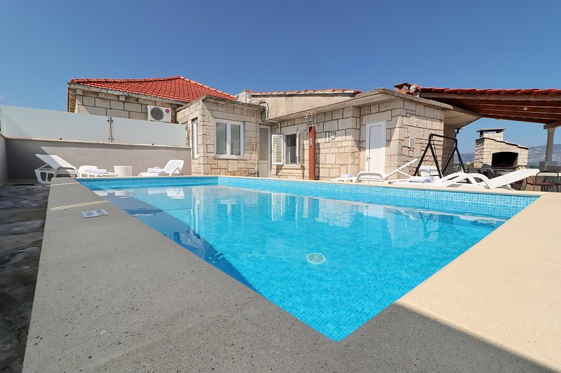 Villa Ivana - Three-Bedroom Villa with Private Pool, holiday rental in Zrnovska Banja
