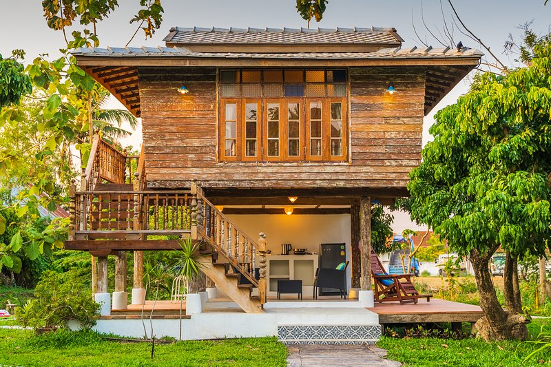 Baanchandra Jungle Wooden House., holiday rental in Ban Pong