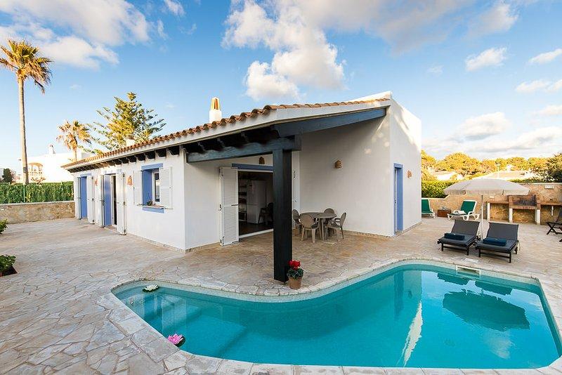 Villa a pocos minutos de la playa, holiday rental in Menorca