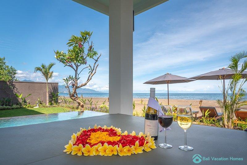 Villa Manik Segara (5): Premium 3BR villa Ocean/beach front, 340sqm2, Ferienwohnung in Umeanyar