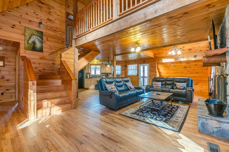Unforgettable Cabin 3BR 2.5BA | Hot Tub, Fire Pit, Private Porches, Pool Table, holiday rental in Demorest