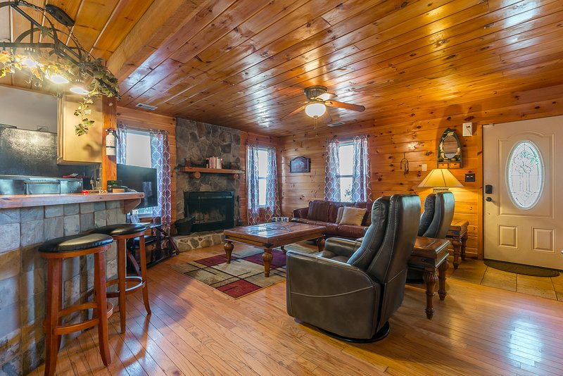 Speckled Trout Family Cabin 3BR 2BA | Hot Tub |Trout Fishing | Trails | Privacy, holiday rental in Demorest