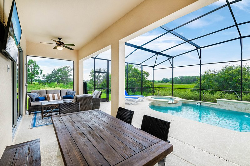 Cul-de-sac home w/ nature views, pool, spa & movie room!, holiday rental in Loughman