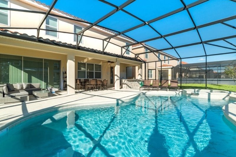 Awesome family home with a private pool, free WiFi, and theater room!, holiday rental in Loughman