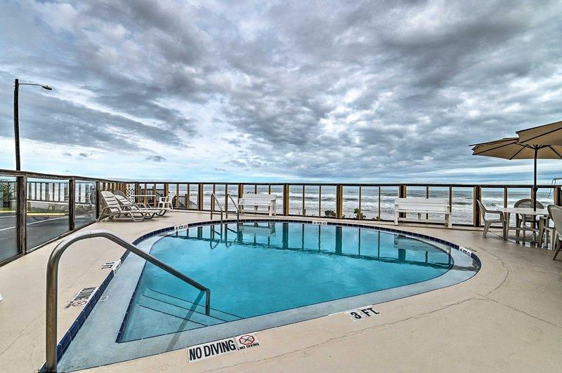 O aluguel de temporada possui uma localização privilegiada em frente à praia e piscina do resort.
