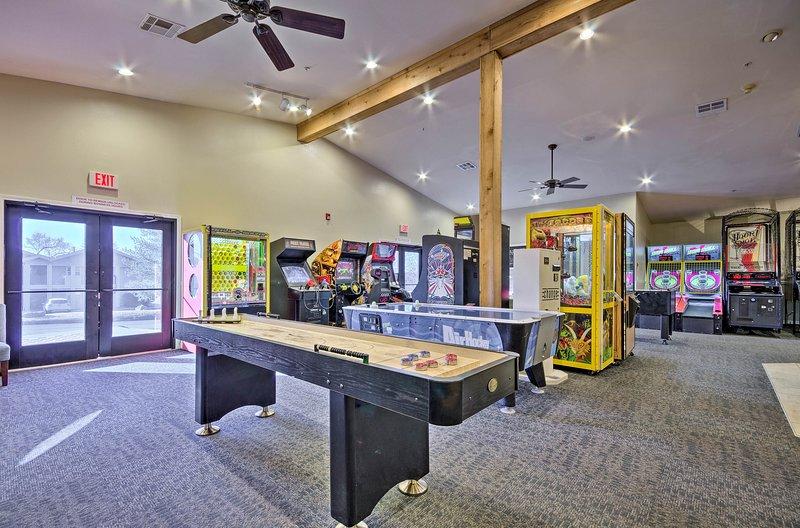 Desafíese mutuamente a enfrentamientos épicos de arcade en la sala de juegos Holiday Hills.