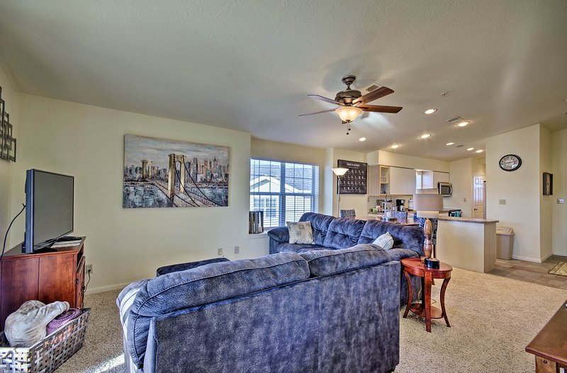 Family-Friendly Branson Condo w/ Outdoor Pool!, holiday rental in Rockaway Beach