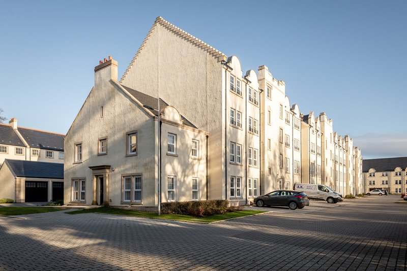 Fabulous modern 2nd Floor apartment with private parking, vacation rental in St. Andrews