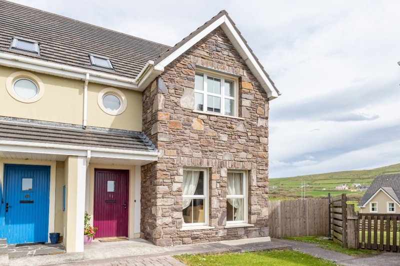 11 Cois Chnoic -Set Along the Hills of Dingle Town, holiday rental in Dingle