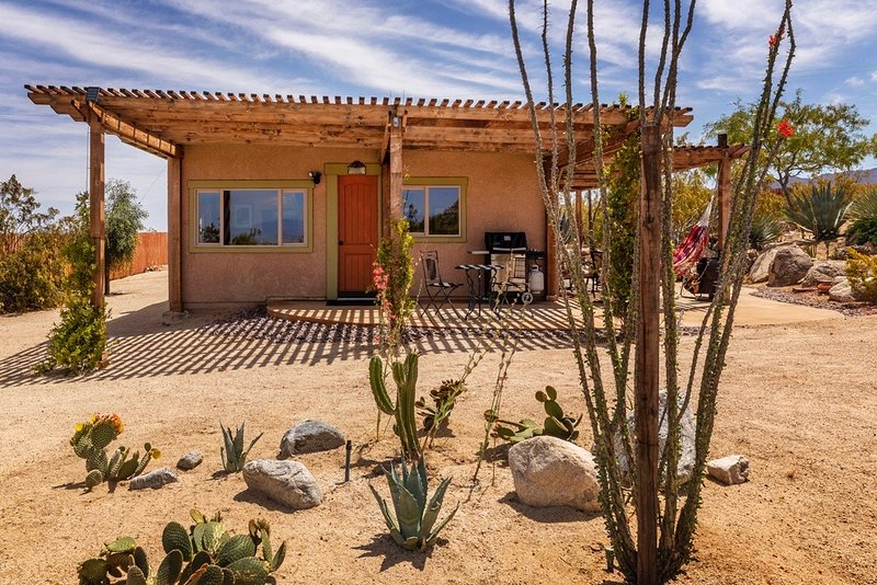 10 Acre Cabin with Joshua Tree National Park Views ~ NightSky ~ Private ~TV/WiFi, vacation rental in Joshua Tree