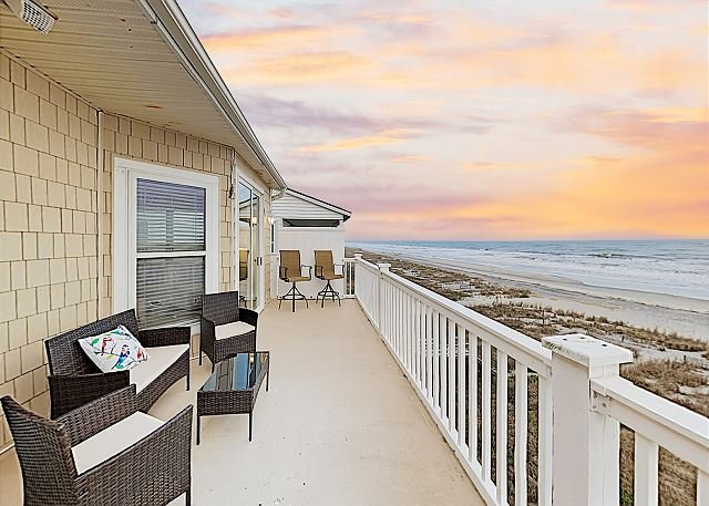 Rise and Shine Penthouse with Oceanfront Balcony - Steps to Folly Beach Pier, location de vacances à Folly Beach