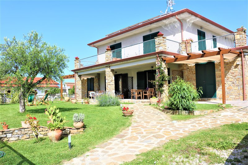 Villa a pochi passi dal mare, holiday rental in Ascea