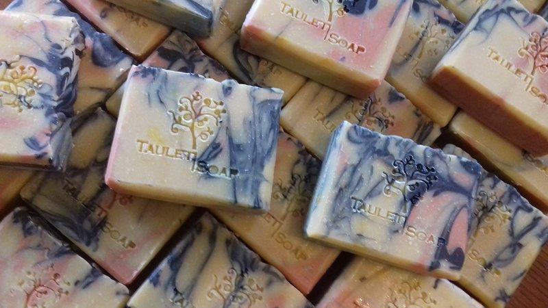 Fabricamos jabones a base de azafrán por saponificación en frío.