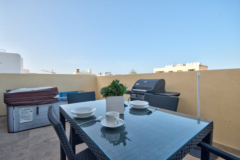 Few Minutes off Balluta Bay 1-Bedroom Penthouse, vacation rental in Mosta
