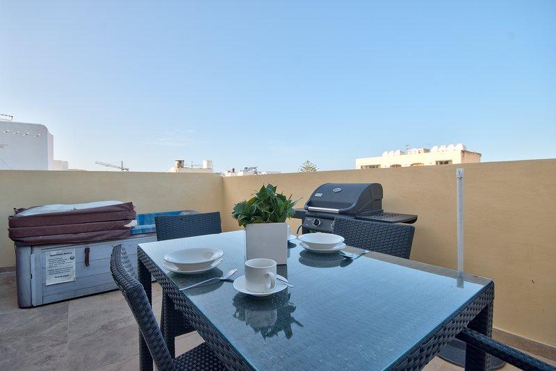 Few Minutes off Balluta Bay 1-Bedroom Penthouse, vacation rental in Mqabba