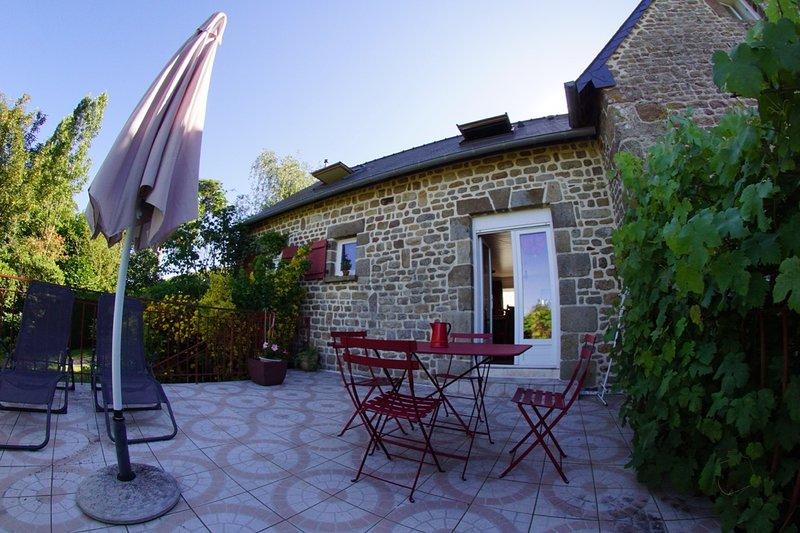 Maison cosy et sa terrasse avec vue sur le bocage en Baie du Mont Saint-Michel, location de vacances à La Chapelle-Urée