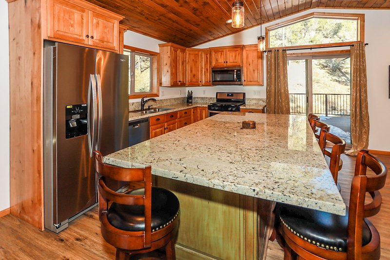Snow Crest Cabin Adorable 3BR Fawnskin Chalet / Pets Welcome, vacation rental in Lucerne Valley