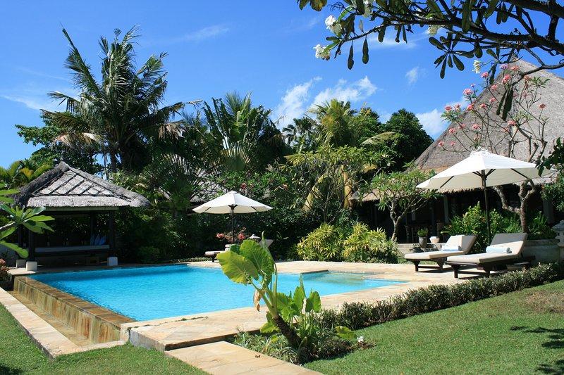 Villa Jasmine: Cosy luxury 2BR Beachfront Villa in a beautiful tropical garden, alquiler vacacional en Dencarik