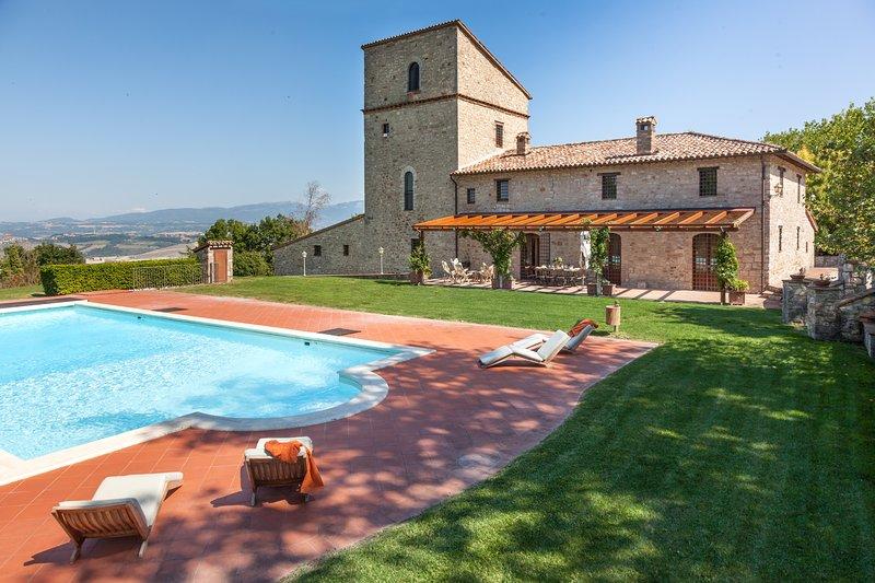 Villa del Falco, sleeps up 13+1. Private pool, tennis court, medieval tower, Ferienwohnung in Romazzano